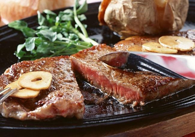 Ингредиенты: 150г говяжьей вырезки 40г сливочного масла соль иперец повкусу Приготовление: Хорош