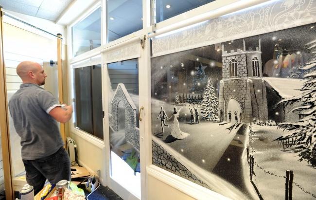 Оннарисовал картину вбольнице за2часа, используя только баллон сискусственным снегом исухую ки