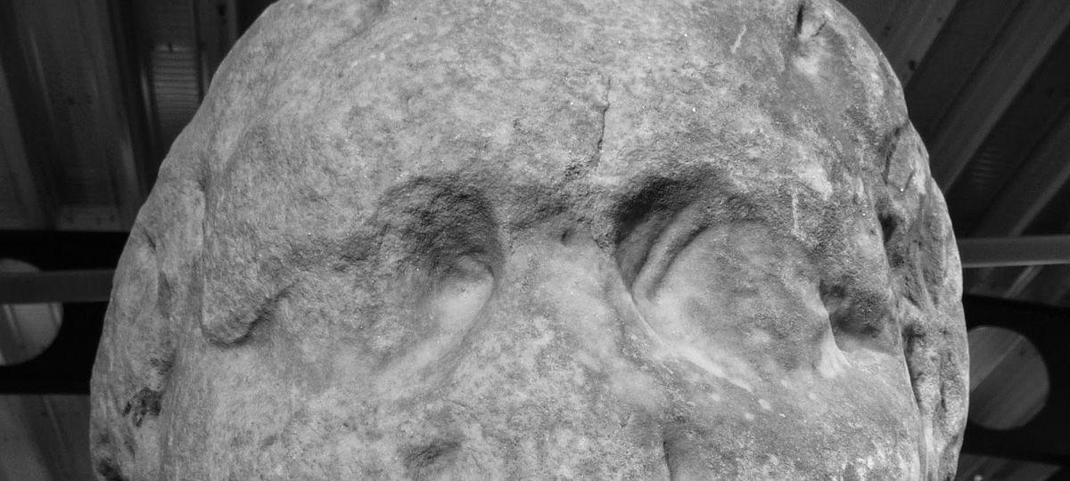 Двести лет назад, странную каменную голову весом 170 кг (375 фунтов) обнаружили в клумбе в Чичестере