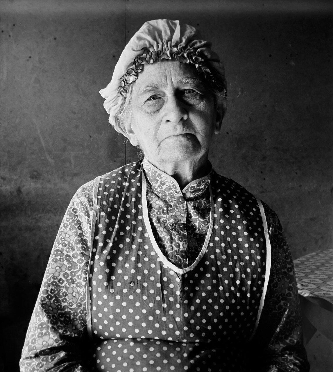 1939. Бабушка живущая в семье арендатора. Уиллоу Крик. Орегон