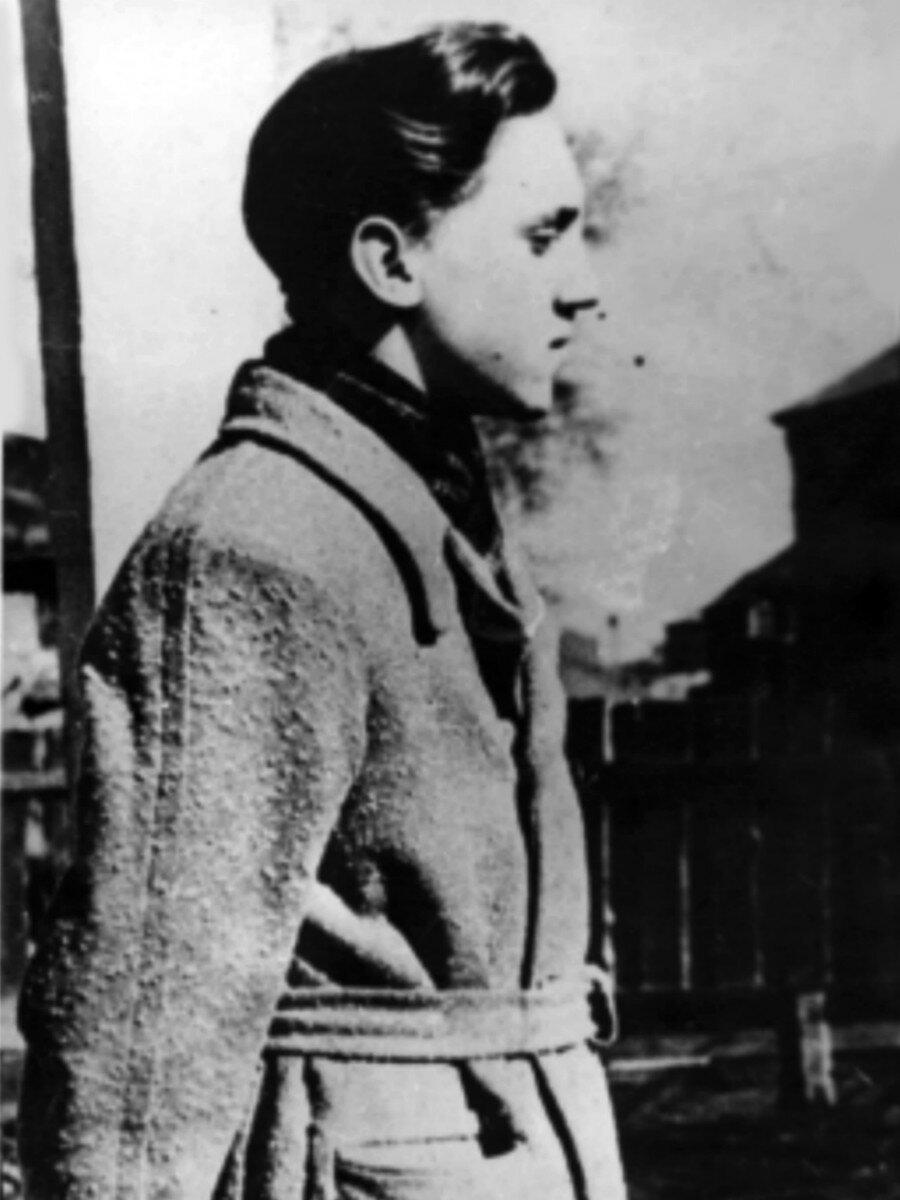 1955. Владимир Высоцкий на Большом Каретном. Фото 5 марта