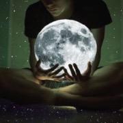 Луна в руках