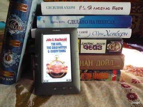 Texet ТВ-434HD (рядом с книгами)
