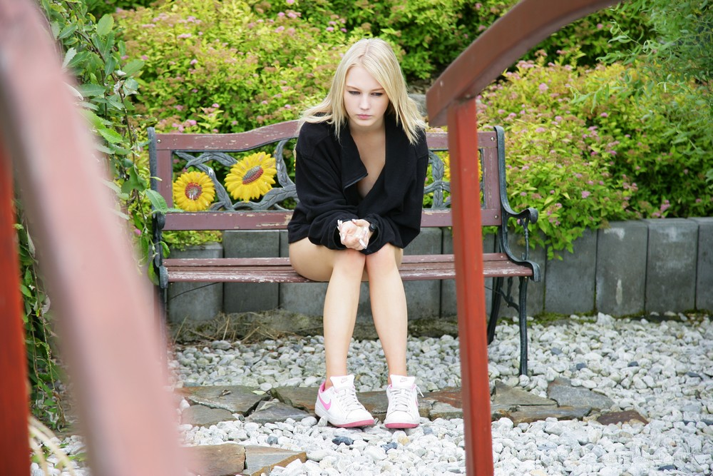 Белокурая Whitney позирует обнаженной в живописном парке