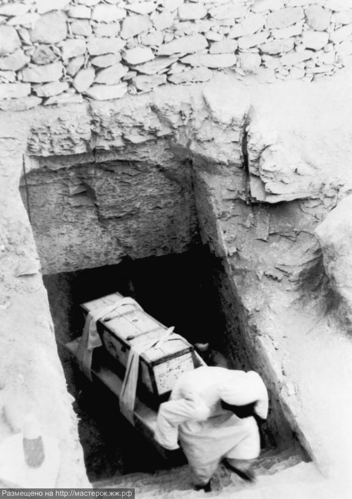 одну гробницу Тутанхамона,
