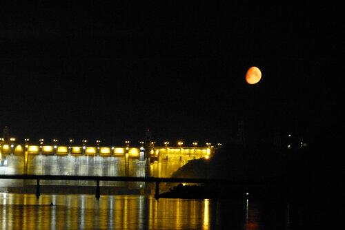Луна на плотиной на Енисее