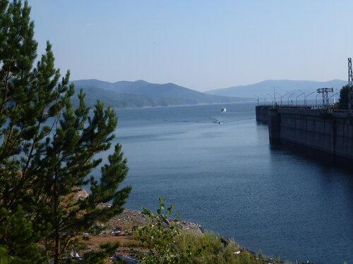 Плотина Красноярской ГЭС образовало водохранилище
