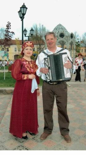 Костюм для исполнительницы русских песен, отделка - аппликация, вышивка пайетками, жемчугом и золотым шнуром.