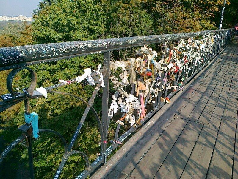 Замки и ленточки на мостике влюбленных