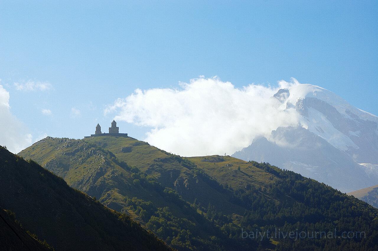 Вид на Казбек и церковь Гергети снизу, из Степанцминды