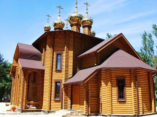 Деревянный храм сбоку