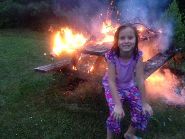 У девочки на фоне пожар прикольные фото