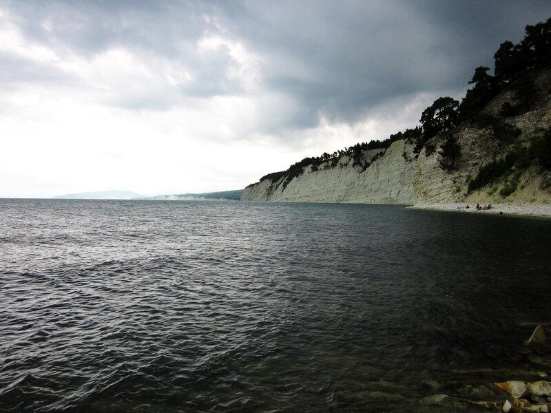 Скалы вдоль моря