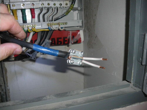 Фото 12. Восстановление электроснабжения по временной схеме. Установка сжима У 733 вместо повреждённого нулевого клеммника «Энсто» («Ensto»).