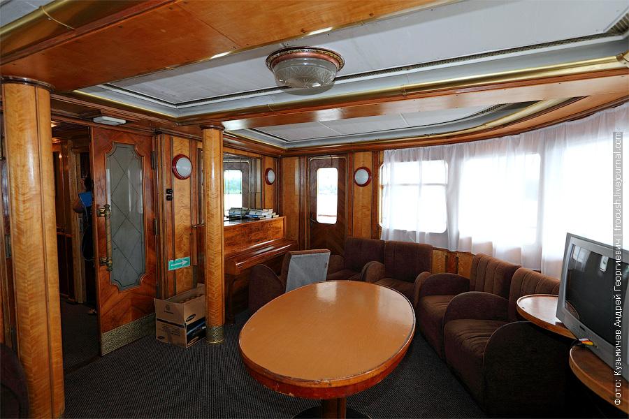 салон отдыха в носовой части средней палубы теплохода Белинский