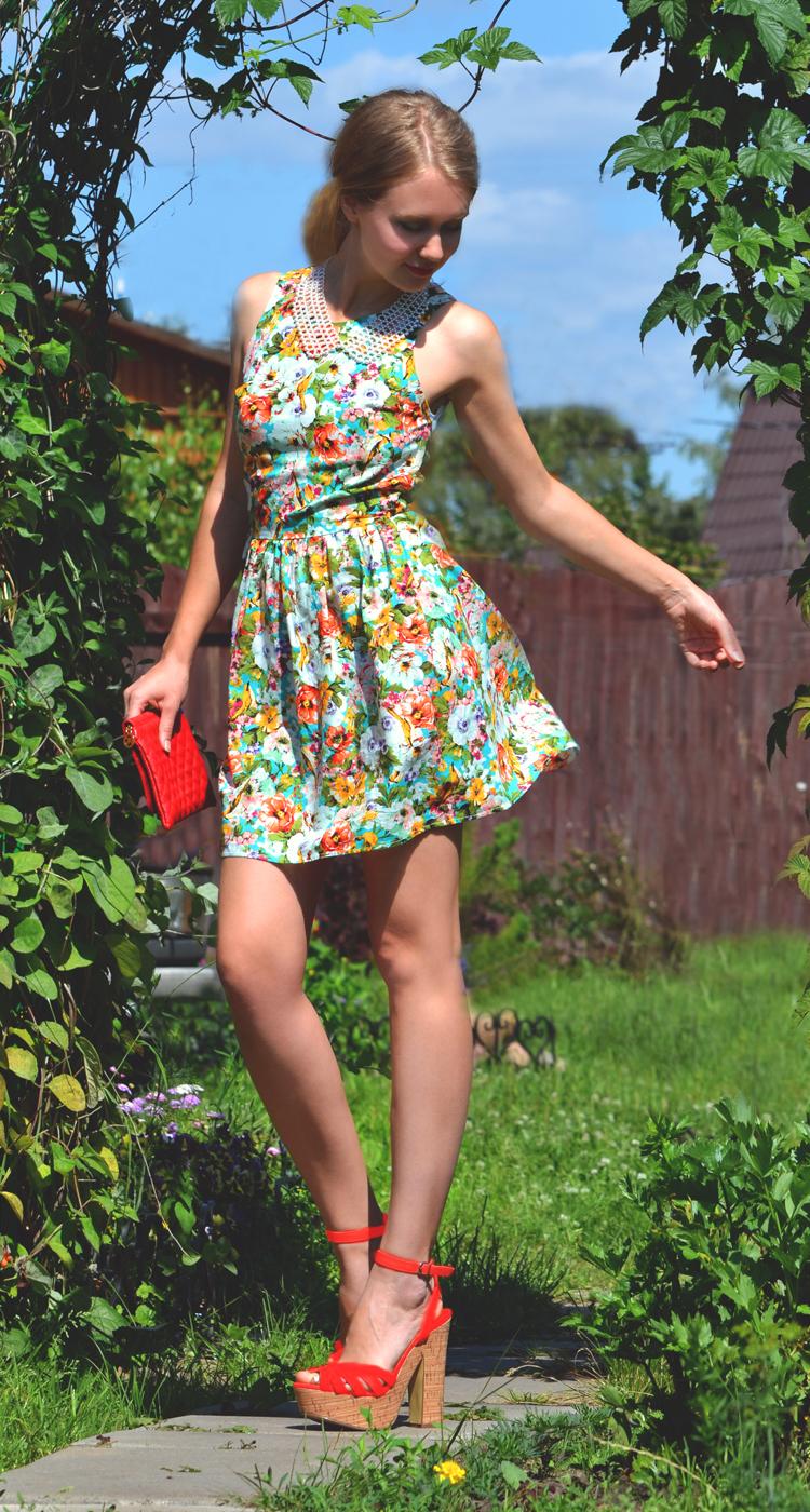 Девушки в легких летних платьях фото