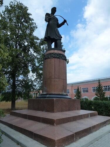 Памятник изобретателю русского булата Амосову в Златоусте
