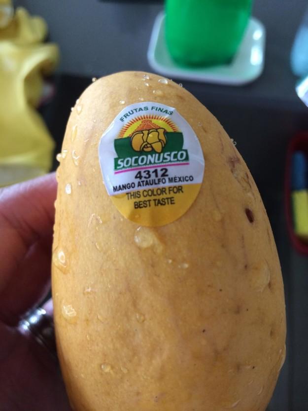 Наклейка на манго указывает, когда фрукт до конца созрел.