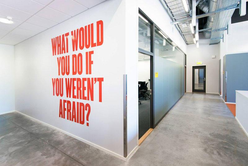 18. Надпись на стене центра: «Что бы вы сделали, если бы вам нечего было бояться?»