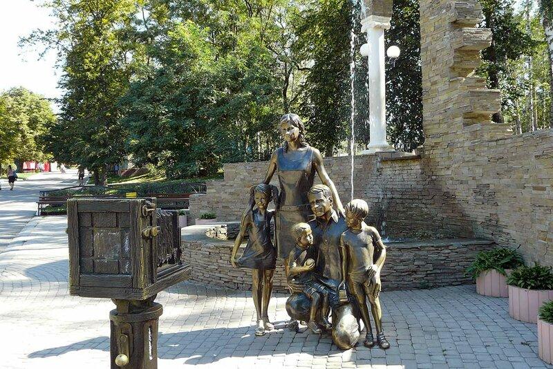 """памятник """"Семья у фотоаппарата"""", Белгород, 2012, фото Sanchess"""
