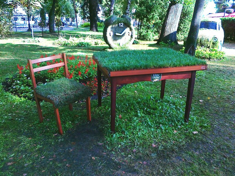 Стол и стул из травы в парке Шевченко