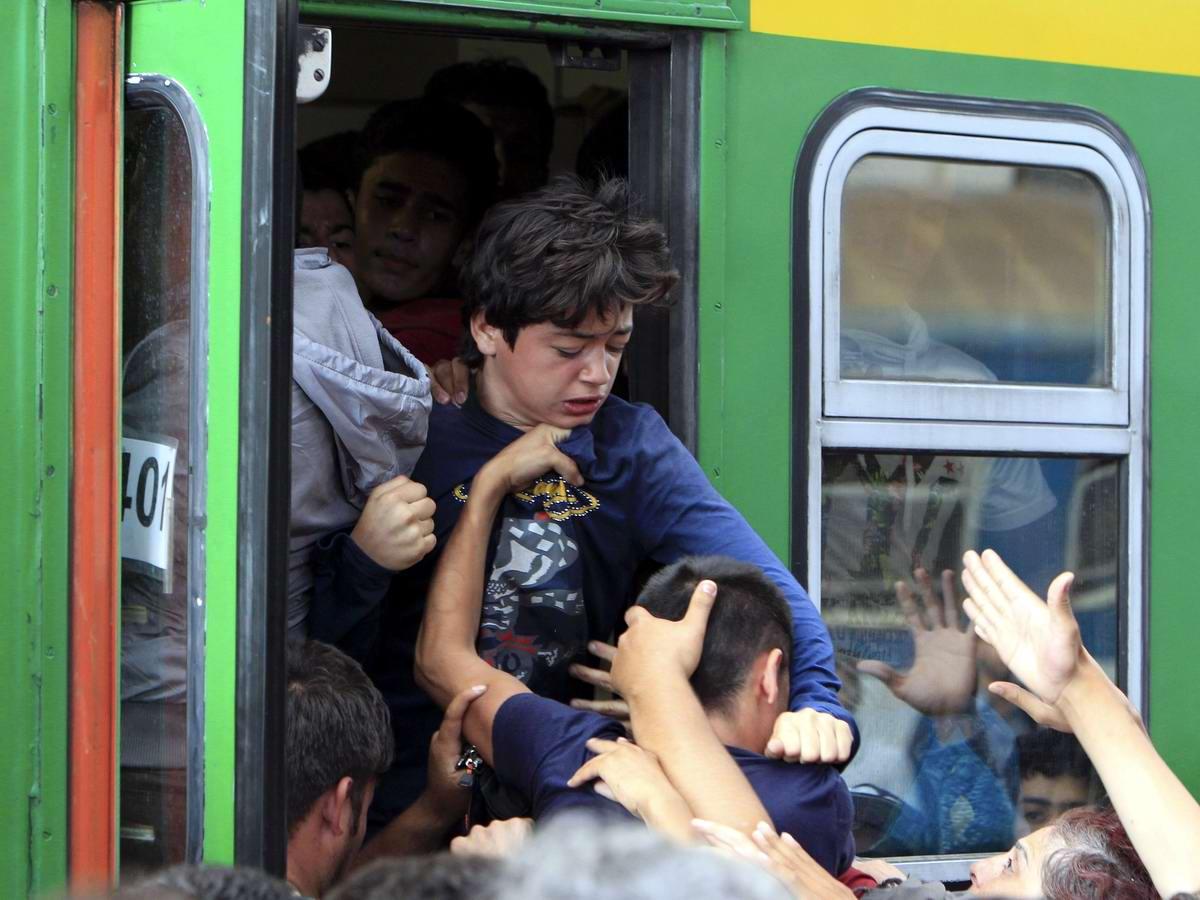 Штурм Будапешта: Мигранты с Ближнего Востока на ж/д вокзал венгерской столицы (16)