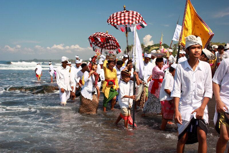 Церемония Меласти на берегу Masceti у океана