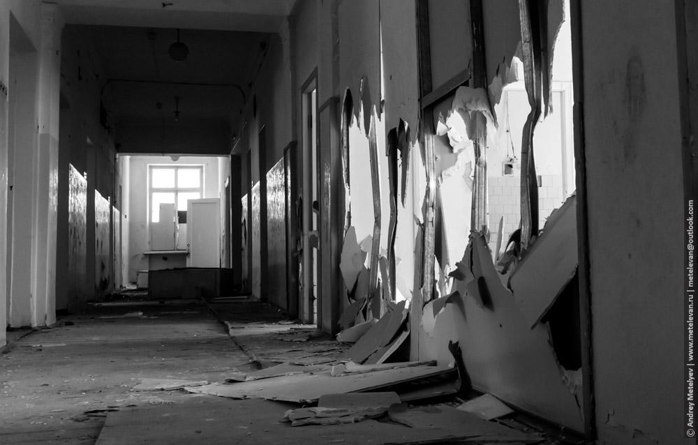 разломанные стены в заброшенной больнице