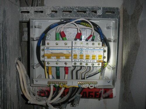 Фото 2. Общий вид пластикового бокса в этажном щите. Лицевая панель бокса демонтирована.