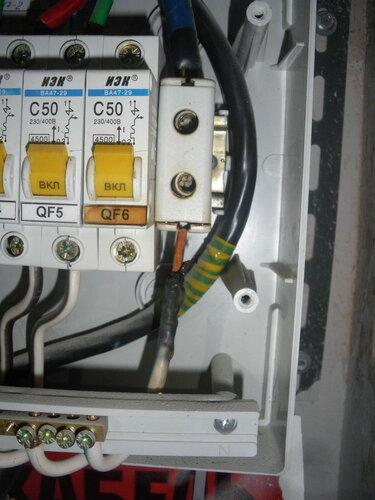 Фото 4. Оплавление и деформация нулевого клеммника «Энсто» («Ensto»), оплавление изоляции общего нулевого провода этажного щита. Потемнение маркировочной наклейки «QF 6» на корпусе резервного автомата вследствие систематического воздействия высокой температуры.