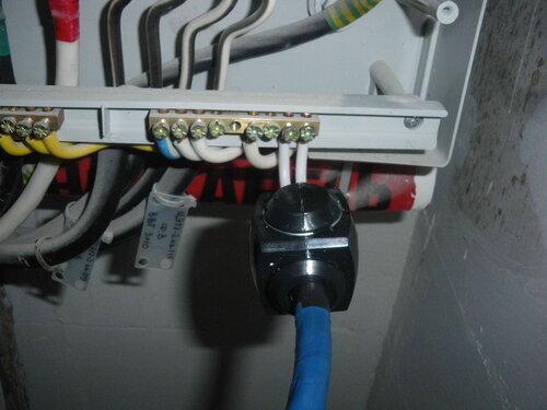 Фото 13. Восстановление электроснабжения по временной схеме. Присоединение временного общего нулевого провода с помощью сжима У 733 к нулевой шине этажного щита.