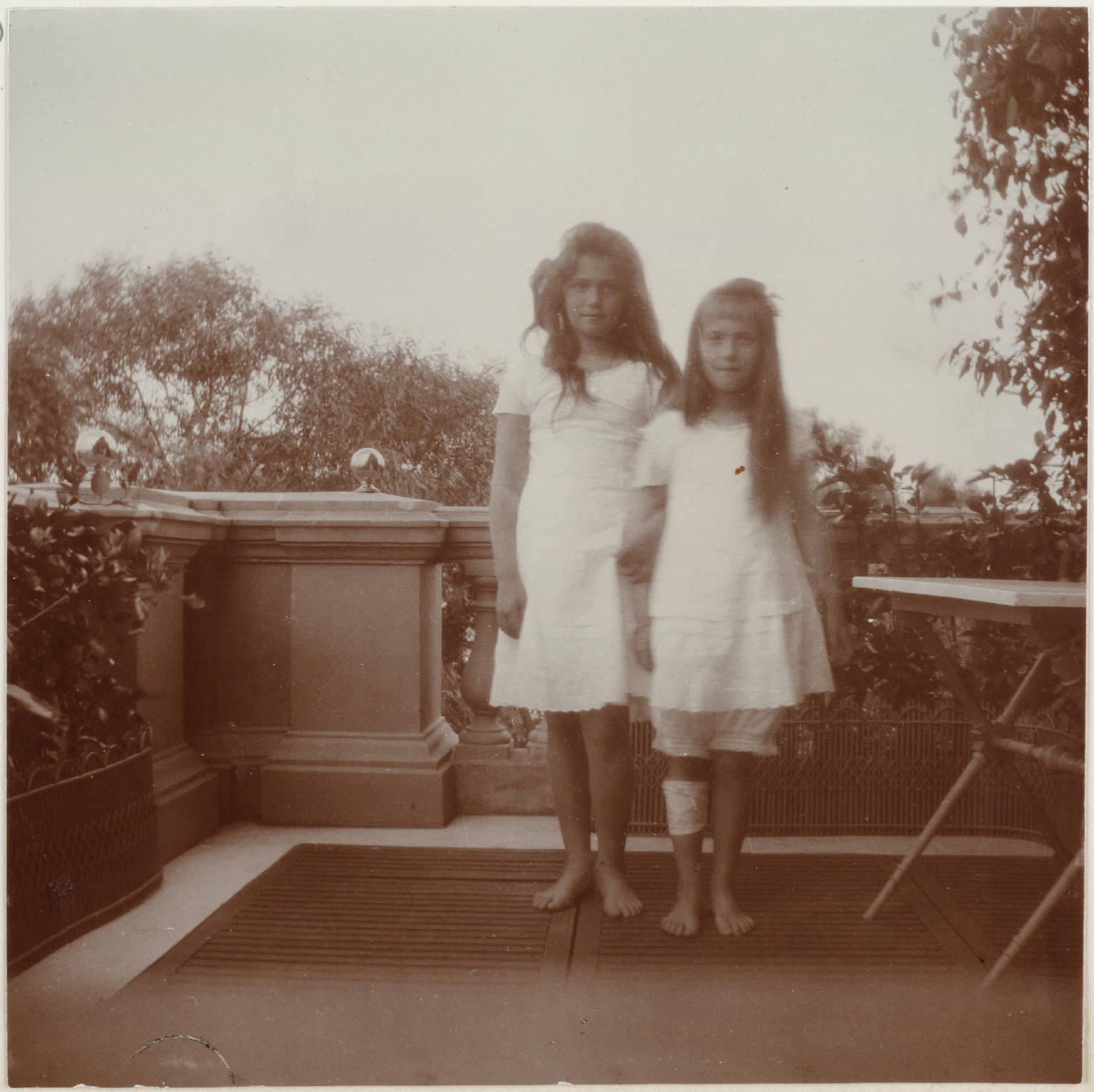 1909. Мария и Анастасия на балконе Нижней дачи