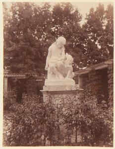 44. Статуя молодой девушки и собаки в саду Фермерского дворца