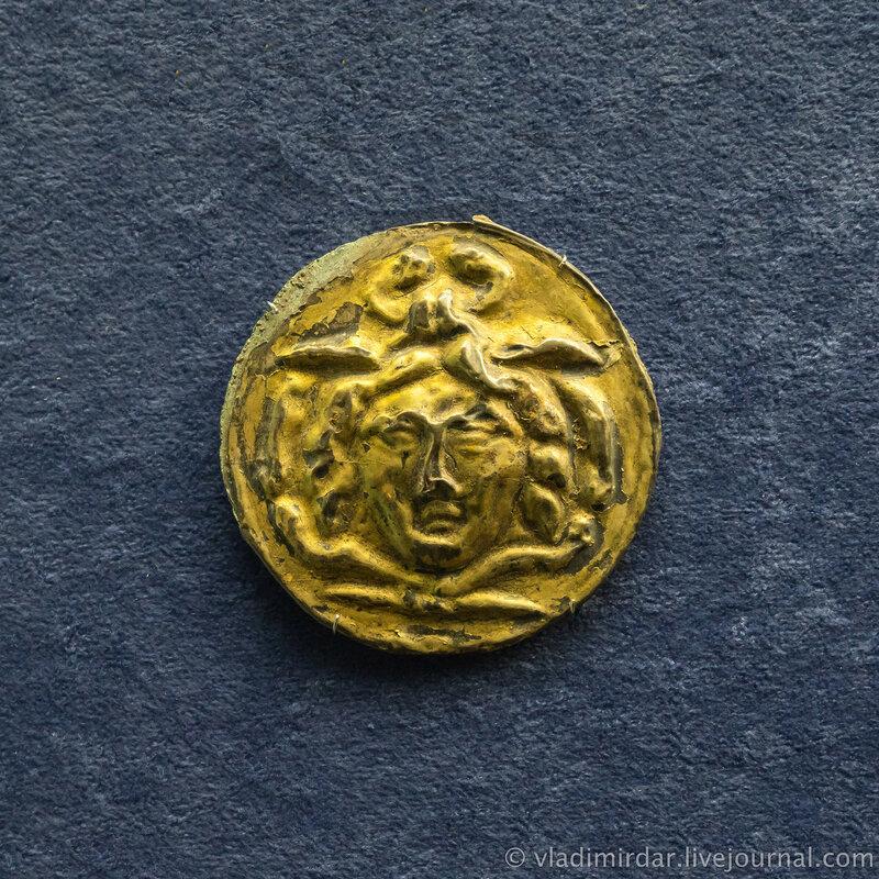 Фалар с изображением головы Медузы Горгоны.