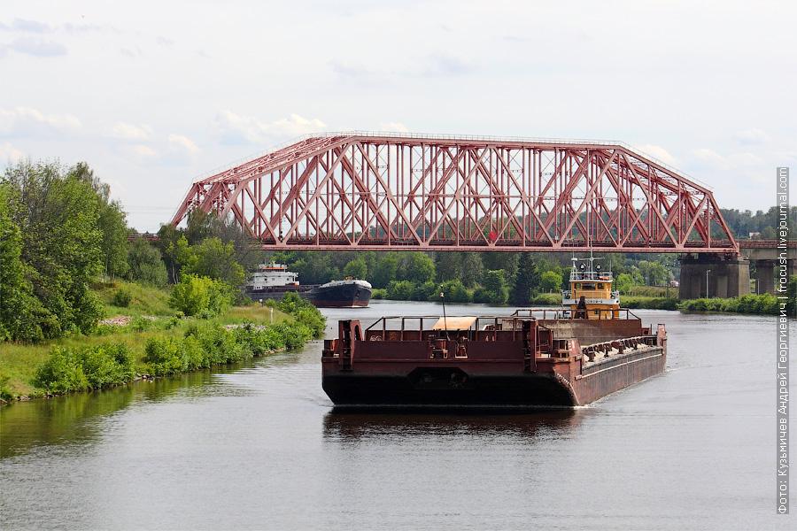 Буксир-толкач «Шлюзовой-9» с баржей (проект 887. 1963 год постройки) на фоне Яхромского железнодорожного моста через КиМ