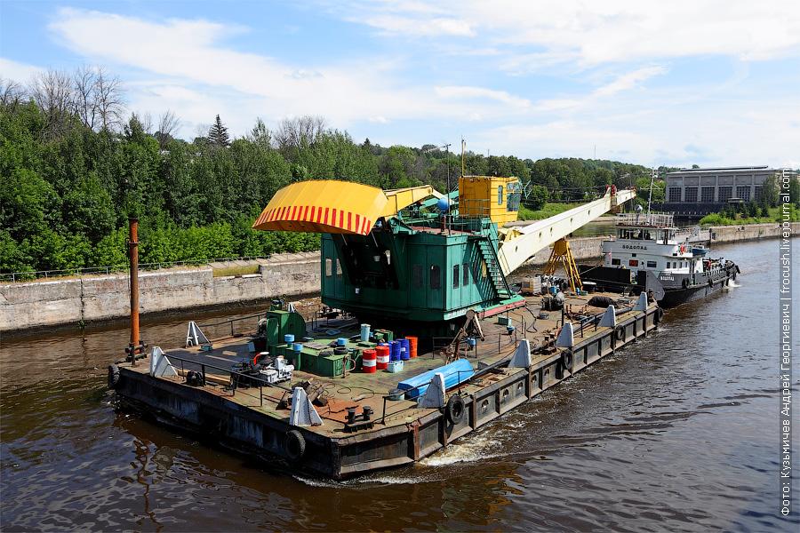 Канал имени Москвы. Из камеры шлюза №3 выходит буксир-плотовод «Водопад» с плавкраном. Проект Р-33Б. 1984 год постройки