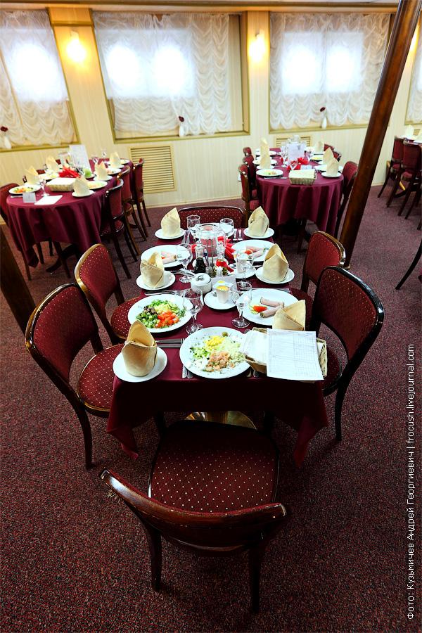 Соседний с нашим стол в ресторане-баре «Поэзия» в носовой части главной палубы теплохода «Александр Бенуа»