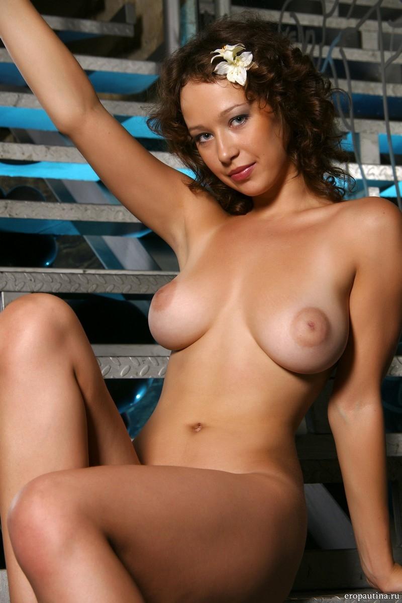 голая девушка с красивой фигурой