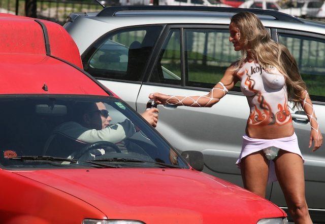 Эксгибиционистка на выставке автомобилей