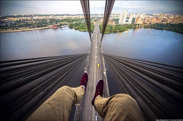 Фото: взгляд сверху вниз с огромной высоты зданий