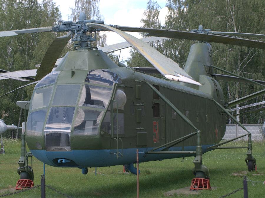 Несколько вертолетов стоят у