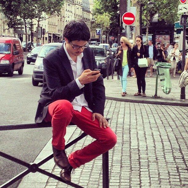 парень в красных штанах