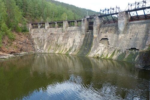 Плотина электростанции в селе Пороги