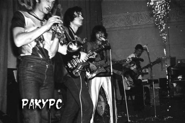 1981 год. Виктор Цой строго по центру.