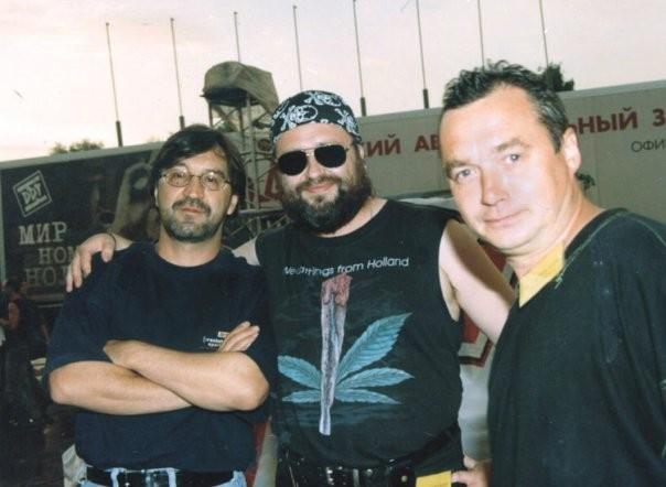 Хрынов обнимает Юрия Шевчука. А в правом углу стоит Игорь Тихомиров. Тот, что играл в «ДДТ», «Кино»