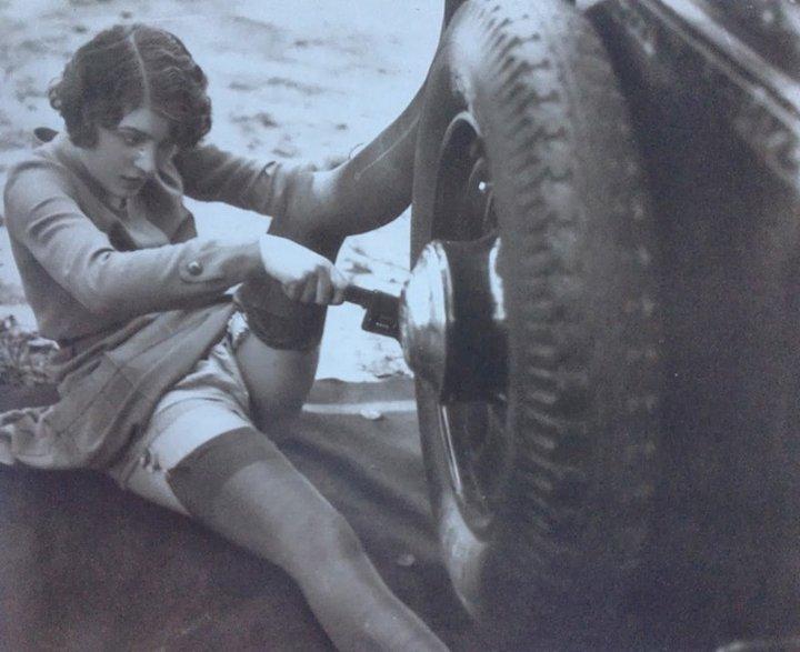 17. Неприличная открытка 1920-х годов «Ремонт автомобиля своими силами»