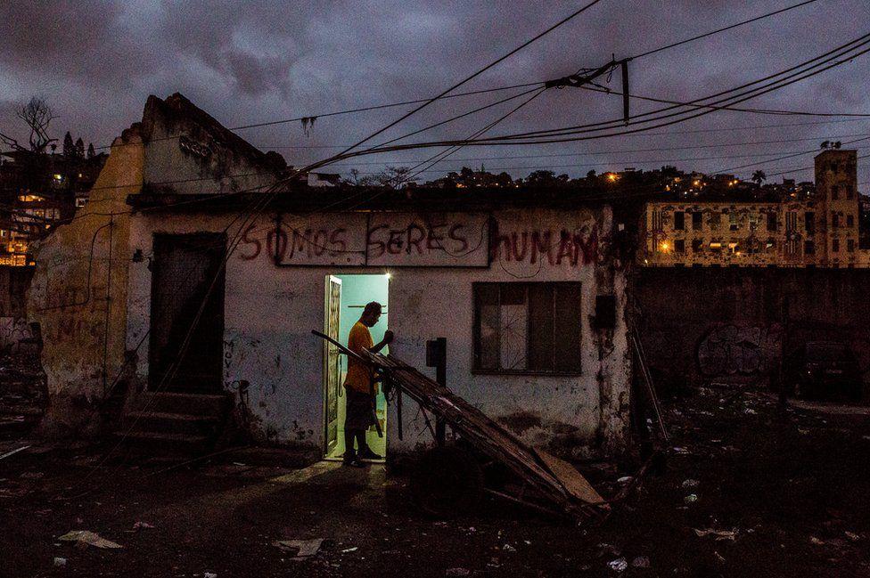 13. Ещё несколько колоритных фотографий фавел Рио-де-Жанейро. (Фото Tariq Zaidi):