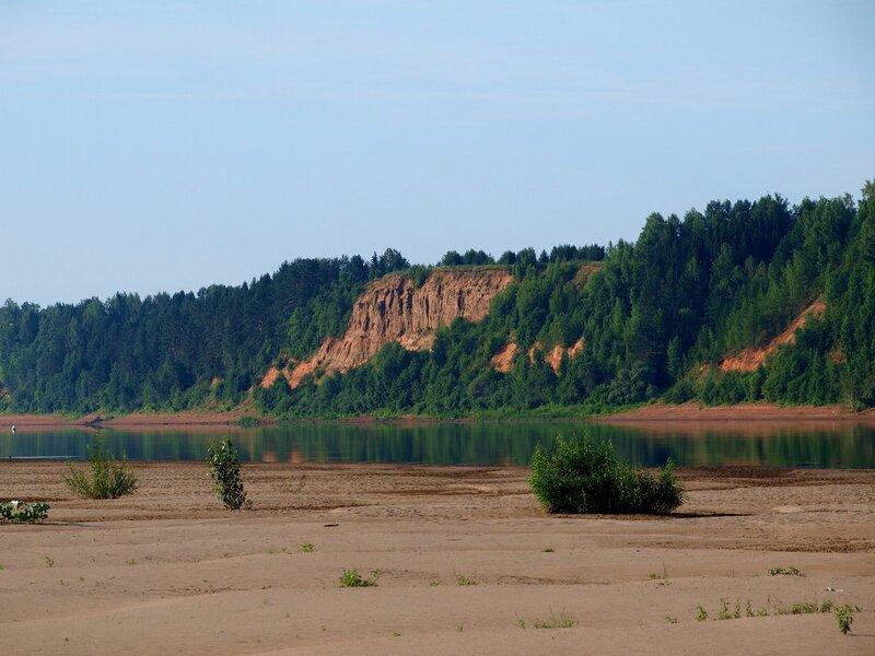 вид на высокий коренной берег Вятки с песчаного острова