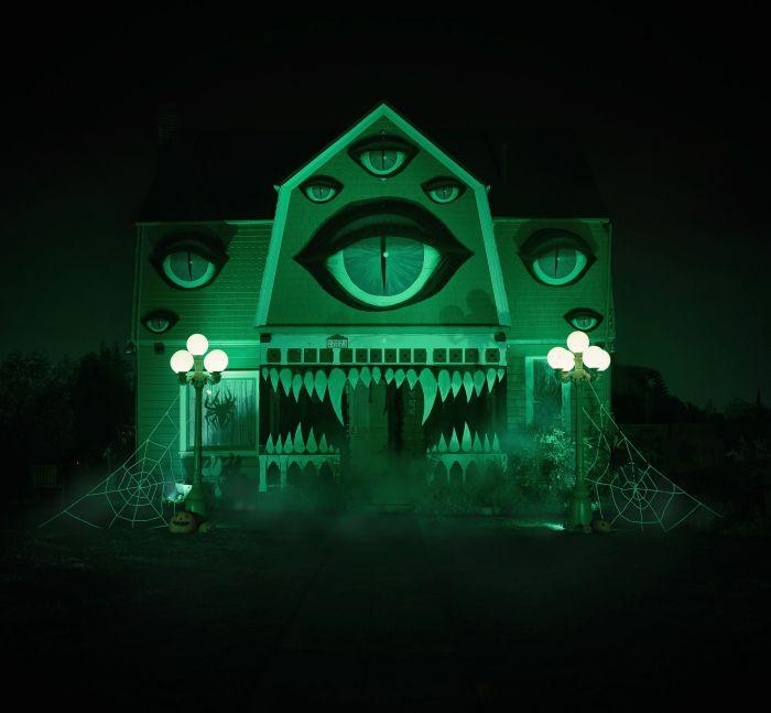 Девушка декорировала родительский дом к Хэллоуину