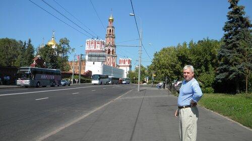 Валерий Костин на фоне Новодевичьего монастыря